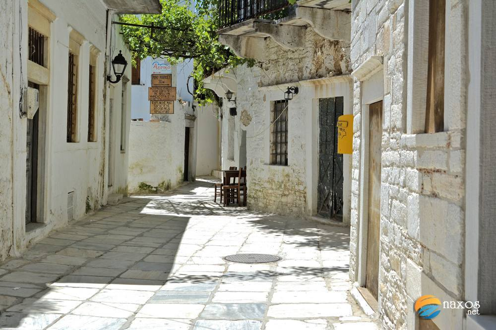Walking along the alleys of Apeiranthos