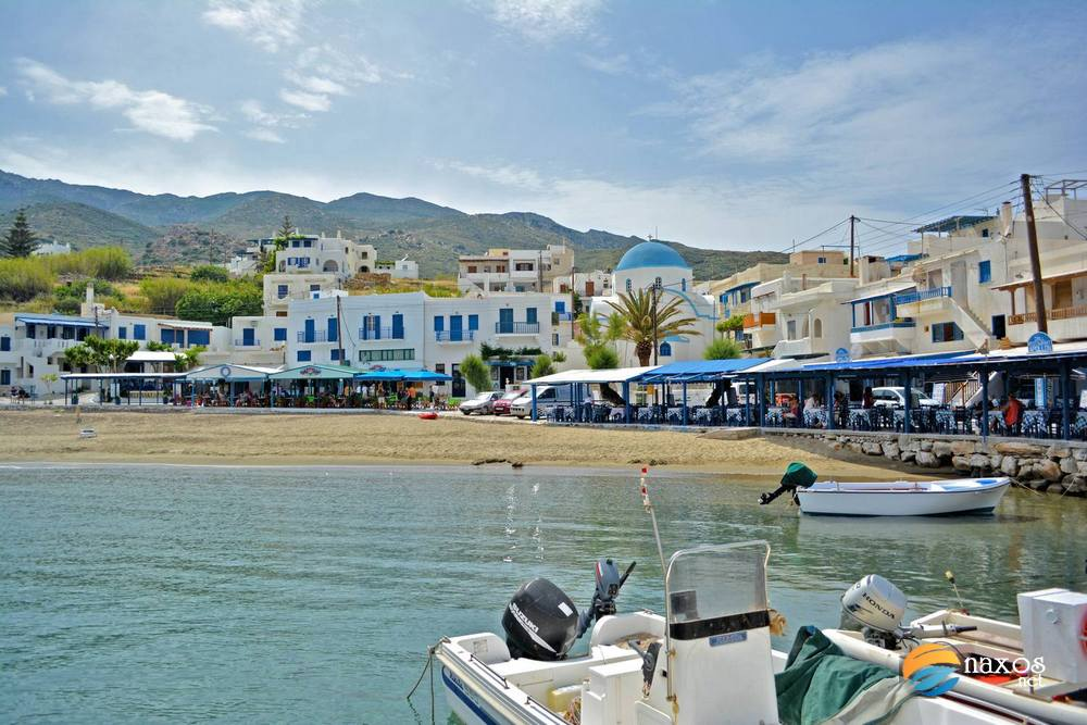 The village of Apollonas and the sandy beach