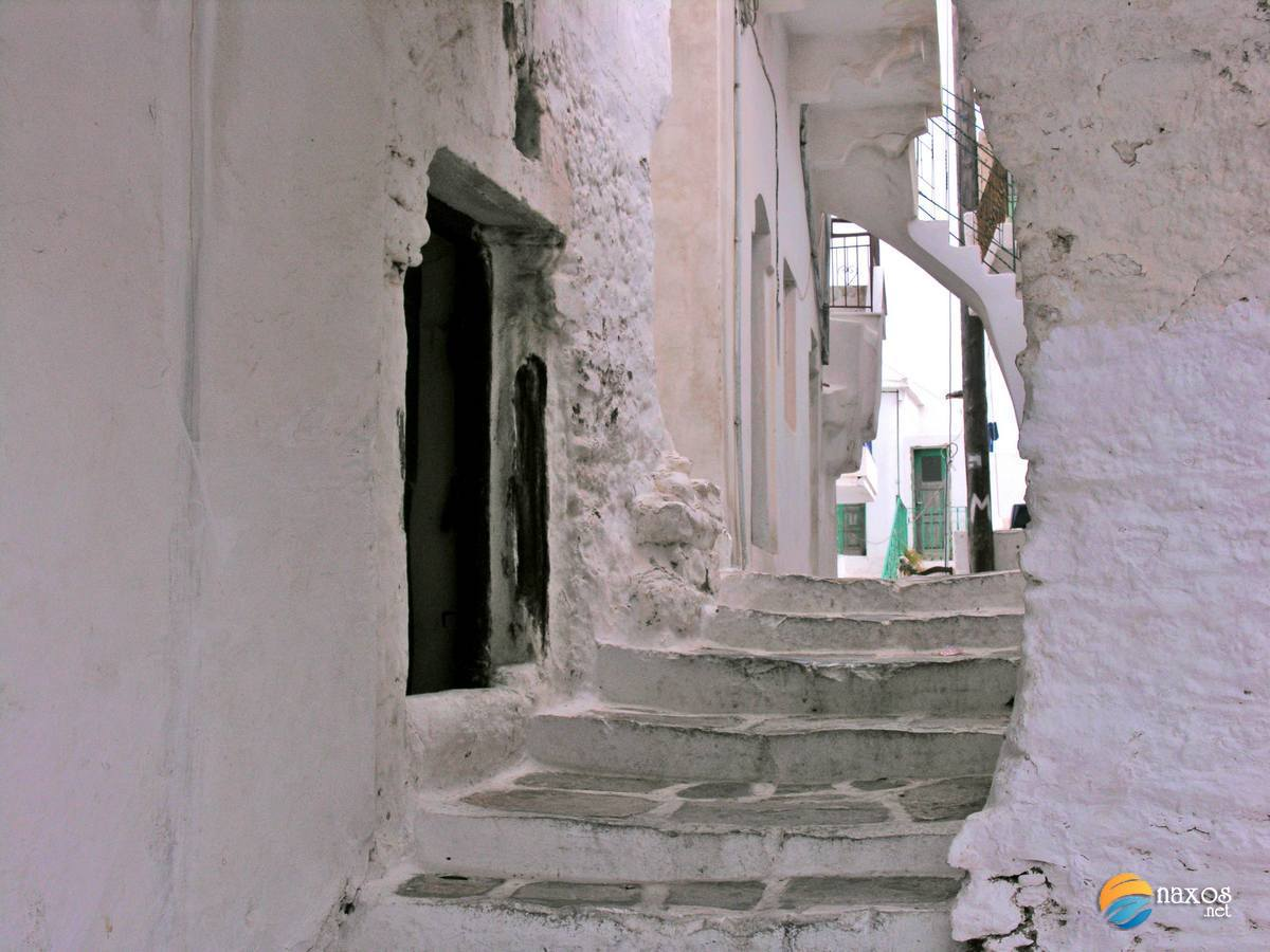 Walking along Koronos' alleys